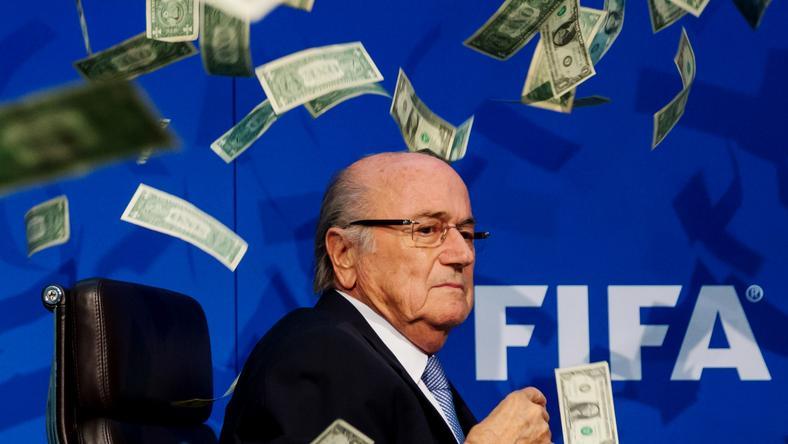 Egy sajtótájékoztatón a korruptságára utalva hamis pénzjegyekkel dobálták meg /Fotó: Europress Getty Images