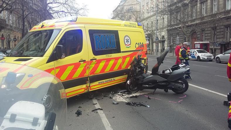 A motoros életveszélyes állapotban van