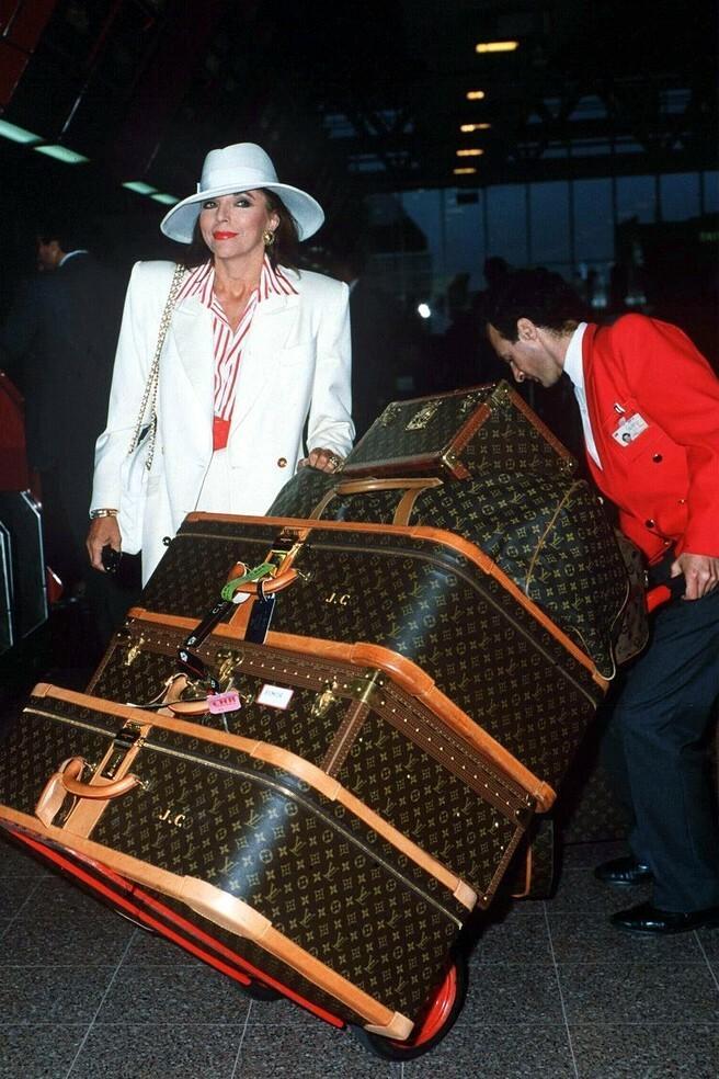 Joan Collins na Heathrow Airport w 1989 roku