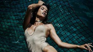 Alessandra Ambrosio kusi opalonym ciałem