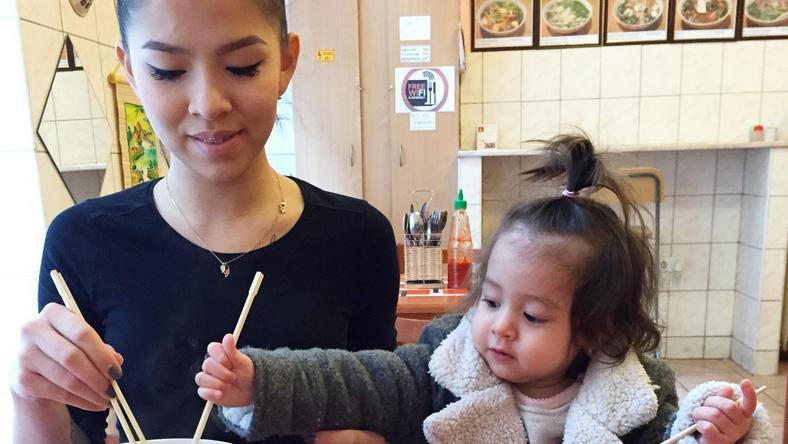 A fiatal édesanya egyre több mindenbe tudja bevonni a kis Szofit, aki már a konyhában is tud segíteni