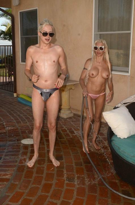 Követőik nagy örömére mindketten csak egy falatnyi bugyikát viselnek / Fotó: Profimedia Reddot