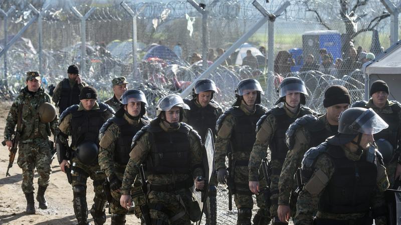 A macedón különleges alakulatok tagjai érkeznek a Görögországot Macedóniától elválasztó kerítéshez a macedóniai Gevgelijában / Fotó:MTI