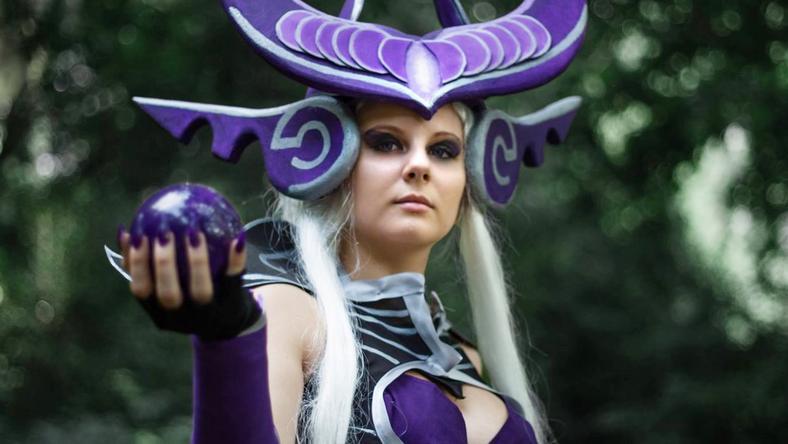 Patocskai Mercédesz egy játék Syndra nevű hősnőjének öltözött