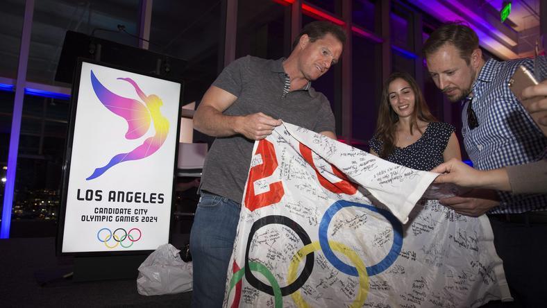 Olimpiai zászlóra adnak autogramot a sportolók, akik bemutatták a logót /Fotó: MTI/EPA/Eugene Garcia