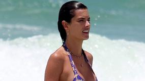 Alessandra Ambrosio wynurza się z oceanu. Co za ciało!