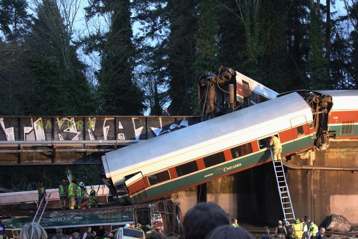 Kisiklott egy vasúti szerelvény és a kocsik az útra zuhantak /Fotó: MTI
