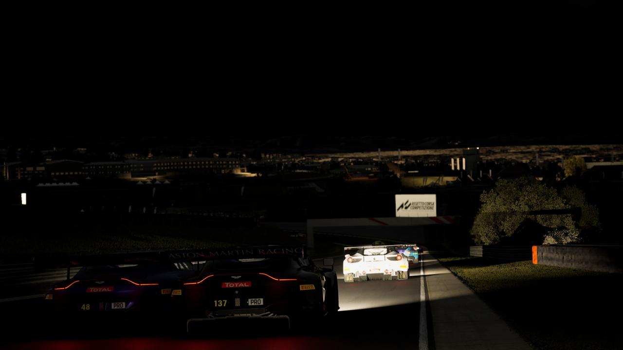 Výhľad na nočný Johannesburg priamo z trate v Kyalami.