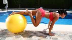 Umięśniona modelka prezentuje wdzięki na basenie