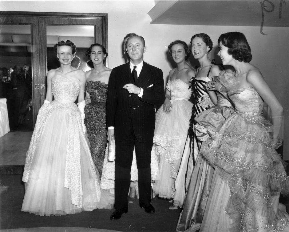 """Christian Dior i modelki w sukniach z kolekcji """"New Look"""""""