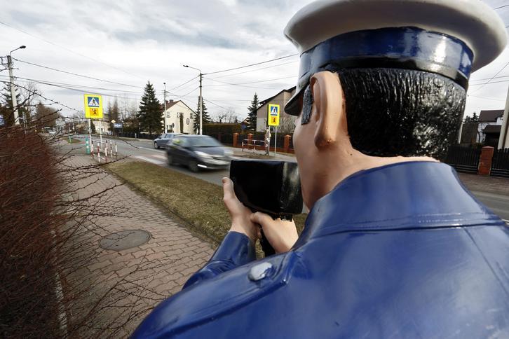 Sztuczny policjant pilnuje szkoły