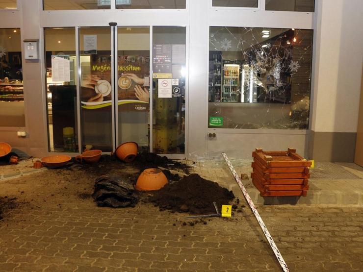 A férfi nem jutott be a benzinkút belső terébe / Foto: Police