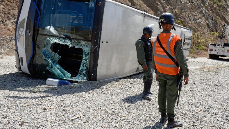 A Huracannak felborult a busza / Fotó: AFP