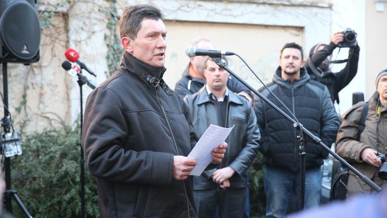 Délután 4-kor kezdték a demonstrációt a vörösiszap katasztrófa-ügyében: felszólaltak a demonstrációt kezdeményező polgármesterek. / Fotó: Isza Ferenc