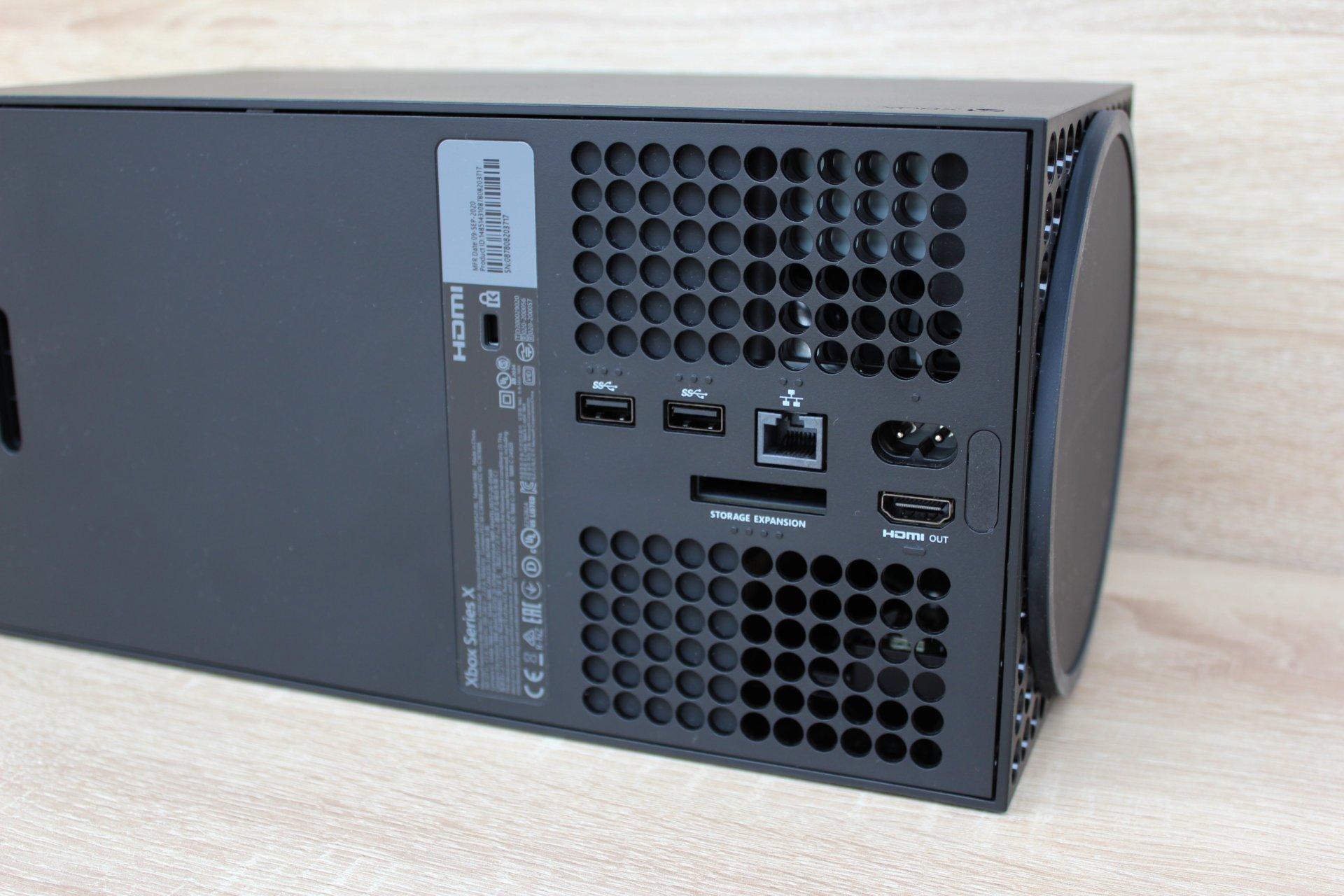 Väčšina portov je vzadu. Do špeciálneho slotu označeného ako Storage Expansion viete pripojiť externý disk a spúšťať z neho hry. Stojí však viac než dve stovky.