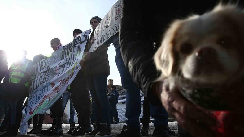 Gyülekeznek a tüntetők a ház előtt /Fotó: Isza Ferenc