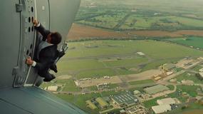 To nie jest kaskader! Gwiazdor wisi 1500 m nad ziemią na skrzydle samolotu