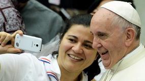 Niezwykłe gesty papieża Franciszka: normalność jako styl pontyfikatu