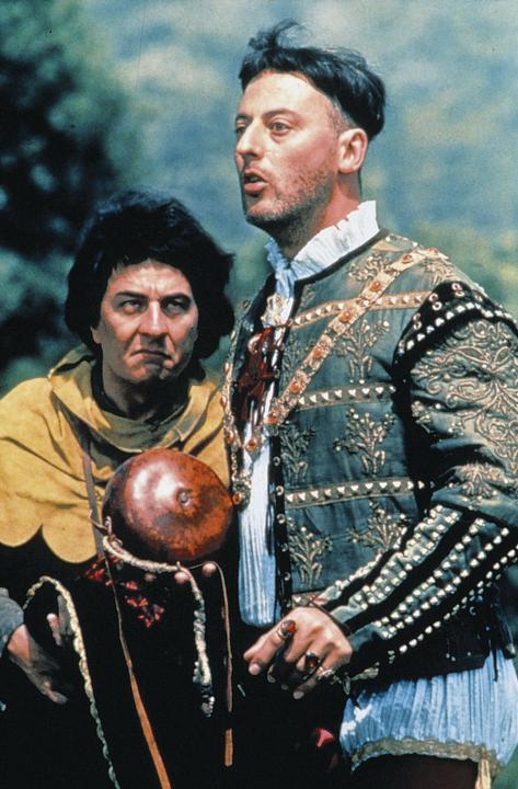 A Jöttünk, láttunk, visszamennénkben (1993) középkori lovagként, a szenilis varázsló jóvoltából a pajzshordójával együtt  napjainkban köt ki. A sikerpáros: Christian Clavier és Jean Reno (Fotó: RAS-archív)