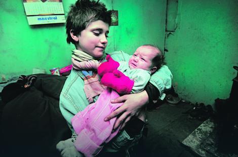 Bebu Zoranu povijaju pelenama sa otpada