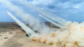 Chińska artyleria ćwiczy strzelanie ostrą amunicją na pustyni Gobi