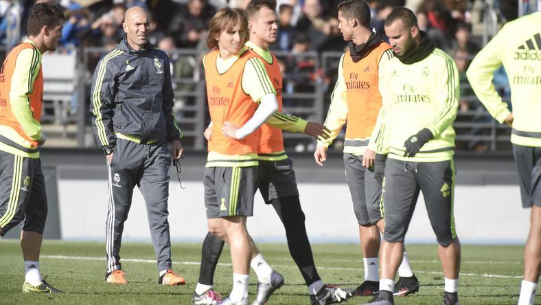 Zidane magyaráz a Real sztárjainak /Fotó: AFP