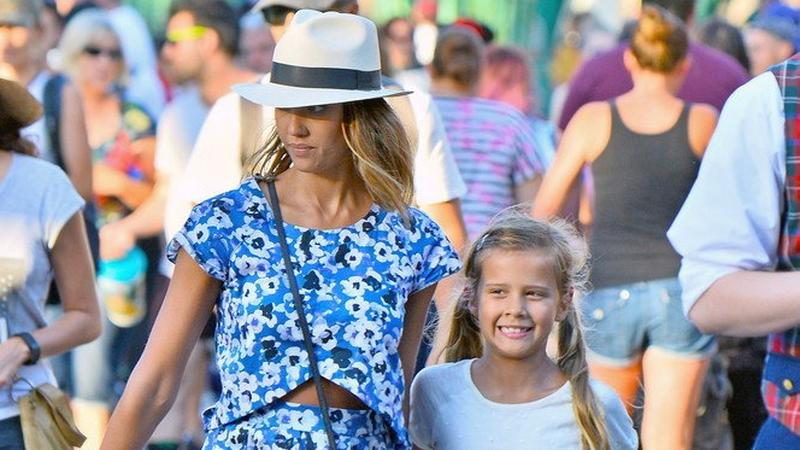 Jessica Alba z córkami w Disneylandzie