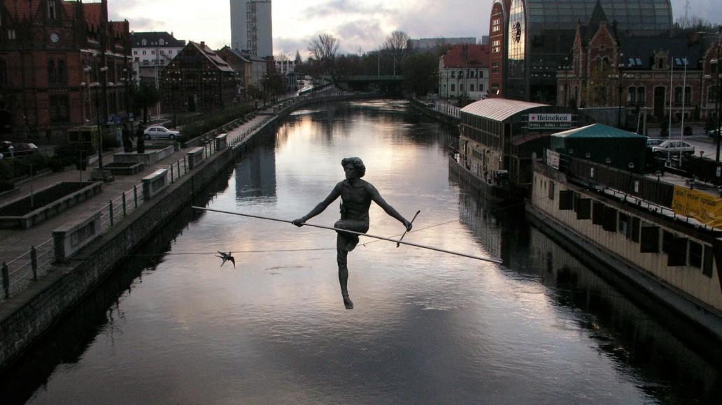 Balansująca rzeźba Jerzego Kędziory w Bydgoszczy