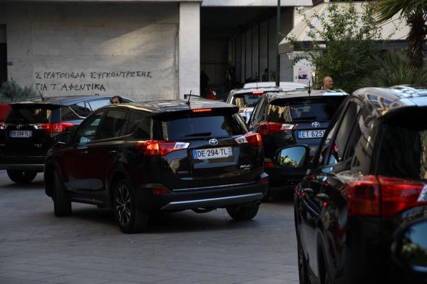 """Międzynarodowa grupa dziennikarzy rusza spod hotelu. Przed nami 8 godzin jazdy po """"dzikiej Grecji""""."""