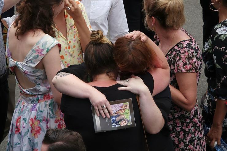 Az Otthonunk sztárjai ölelkezve, sírva gyászolnak / Fotó: MTI