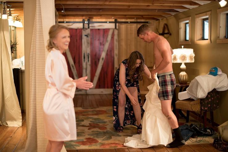 Heidi Dodds segített a testvérének, Ericnek, hogy belebújjon az esküvői ruhájába, méghozzá azért, hogy megvicceljék a menyasszony kedvesét /Fotó: Northfoto