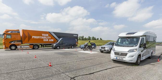 Osobówka, motocykl, ciężarówka – co najlepiej hamuje?