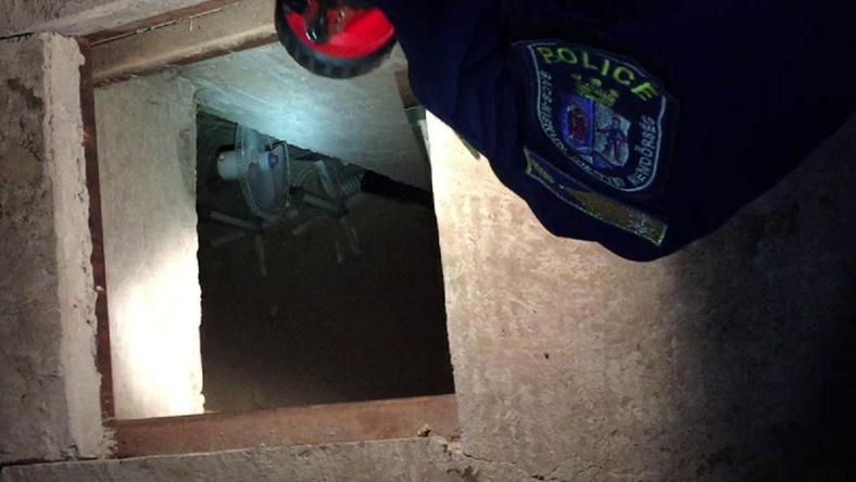 Polcok alatt lapult a titkos lejáró /Fotó: police.hu