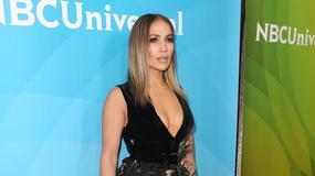 Jennifer Lopez: seksowny dekolt, goła noga i... za duże buty