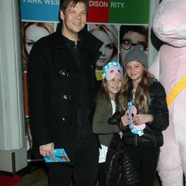 Gwiazdy z dziećmi na premierze sztuki