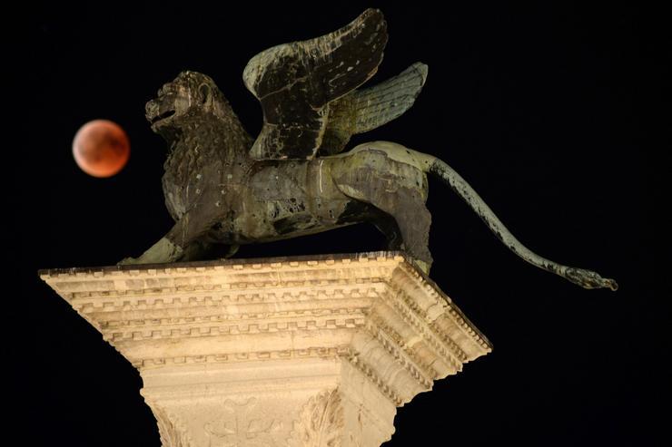 És íme, ezt láthatták az olaszok Velencében tegnap este /Fotó: MTI/EPA-Andrea Merola