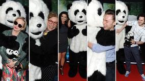 Gwiazdy tulą się do pluszowej pandy na premierze filmu