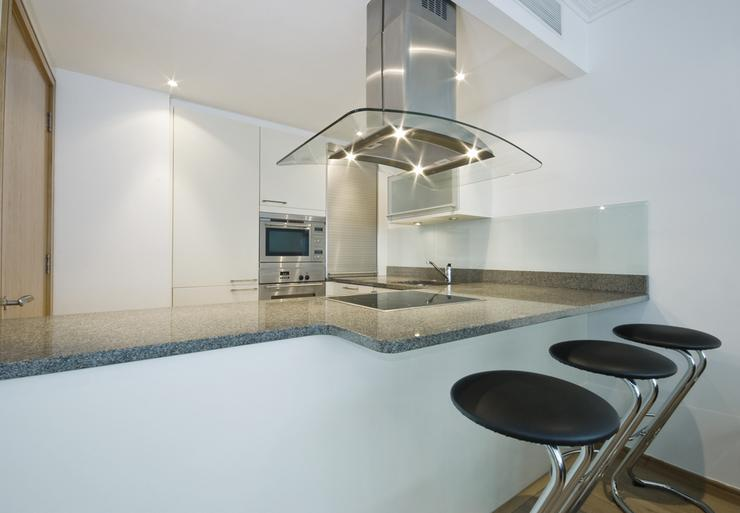 Jasna kuchnia połączona z salonem  Dom