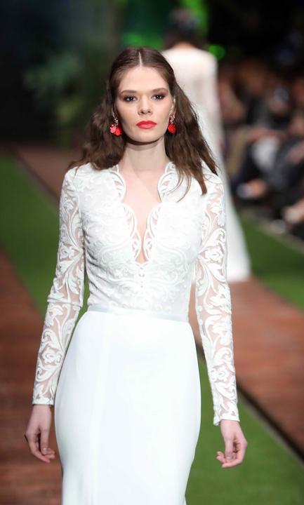 A piros fülbevaló tökéletes választás volt az elegáns esküvői ruhához - Fotó: Pozsonyi Zita