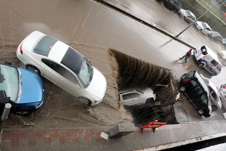 A hatalmas esőzés miatt szakadt be az út /Fotó: Northfoto