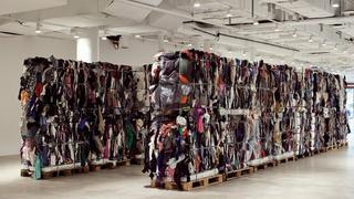 Oryginalna instalacja z 17 ton używanej odzieży