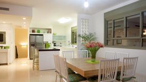 Białe meble w aneksie kuchennym