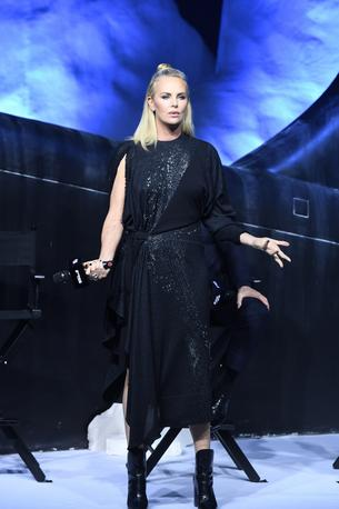 Best Look: Charlize Theron w sukience Louis Vuitton
