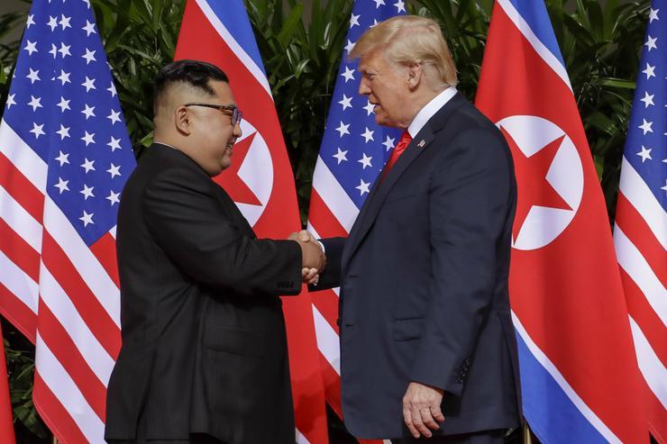 Történelmi jelentőségű kézfogás /Fotó: MTI/AP/Evan Vucci