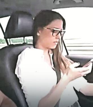 Glumica Mirka Vasiljević u kolima i kuca-čita poruke