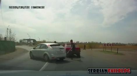 """Mladić udara metalnom štanglom po automobilu koji ga je """"čuknuo"""" otpozadi"""