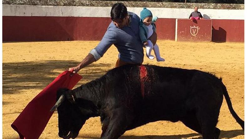 """Sebzett bikával vívott a """"babás torreádor"""" / Fotó: Instagram"""