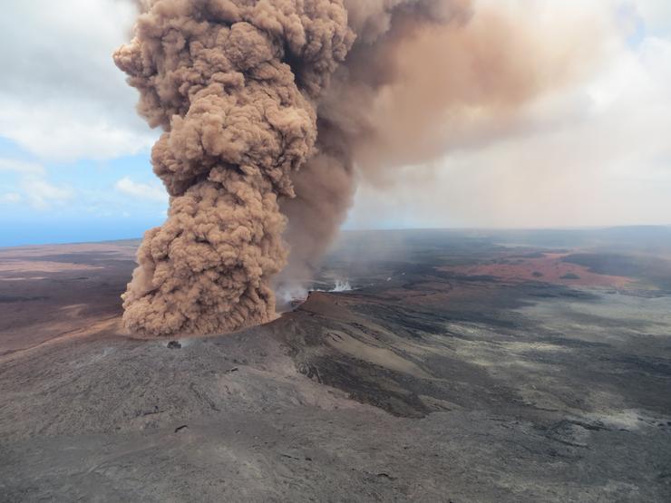 Fotó is rögzítette a pajzsvulkán kráteréből kiemelkedő hamut /Fotó: MTI