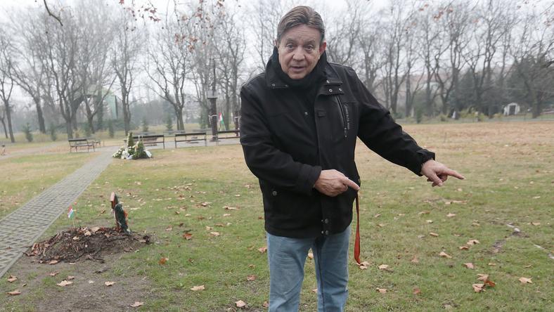 A színész-rendező, aki a Szabadság Hőse emlék- érem tulajdonosa is, a  Blikknek megmutatta a Fiumei úti temetőben azt a parcellát, ahol a sírhely van /Fotó: Gy. Balázs Béla
