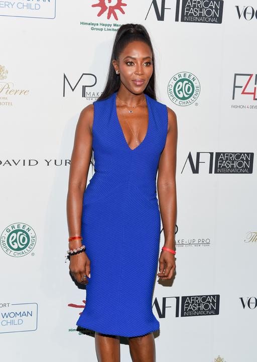 Egyszerű kékben is gyönyörű Naomi Campbell.